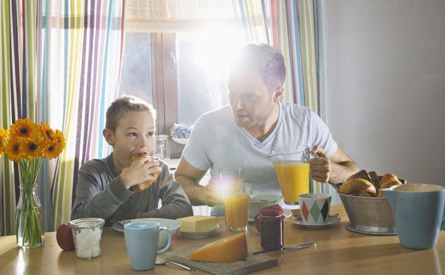 Padre e hijo desayunan juntos