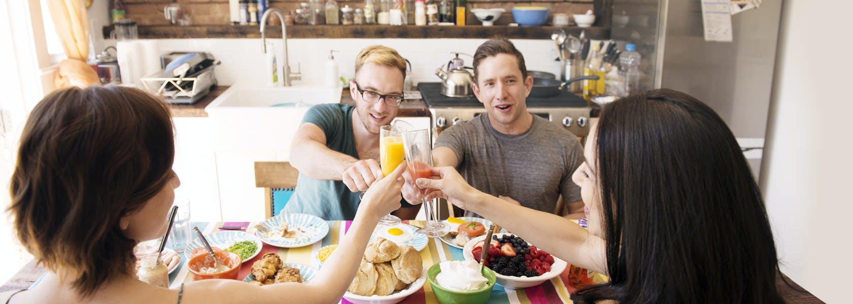 Amigos hacen un brindis durante el desayuno
