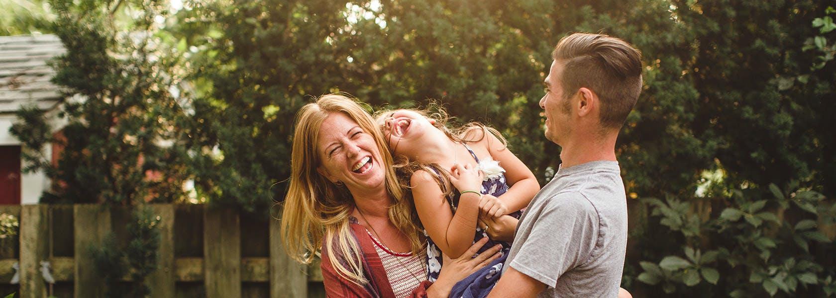 Una familia feliz riendo en el patio