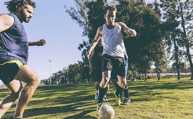 Hombres jugando futbol