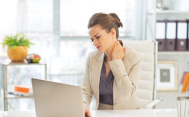 Una mujer de negocios con dolor de cuello