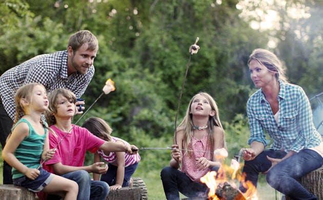 Keluarga Memanggang Marshmallow di Api Unggun