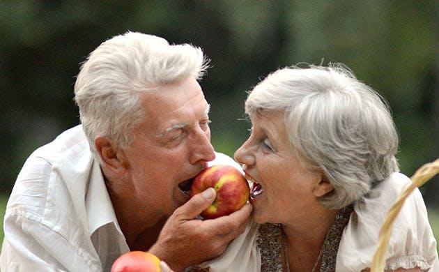 Sepasang Suami Istri yang Sudah Tua Minum Bersama