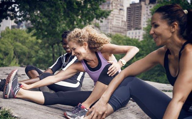 Tiga Remaja Melakukan Pemanasan Sebelum Berolahraga