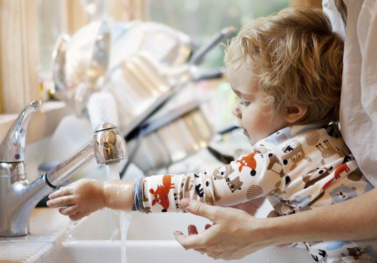 Ibu Membantu Anaknya Mencuci Tangan
