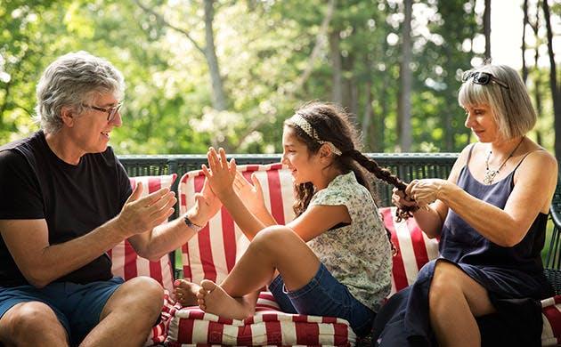 Kakek Bermain dengan Cucu Perempuannya
