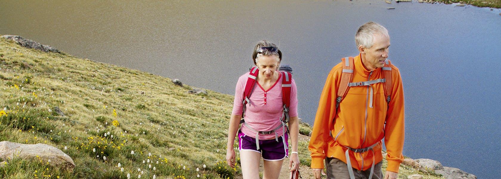 Dua Orang Mendaki Gunung
