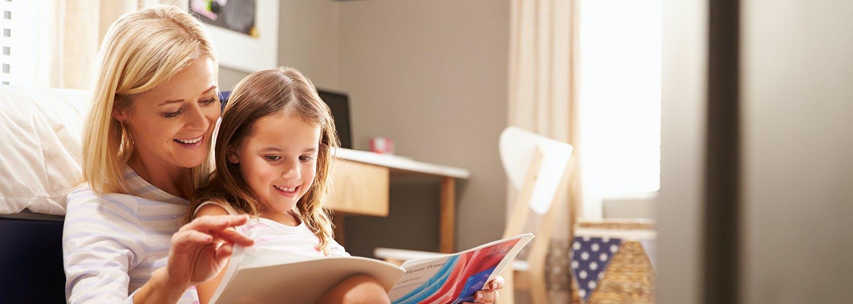 Ibu Membaca Bersama Anak Perempuannya