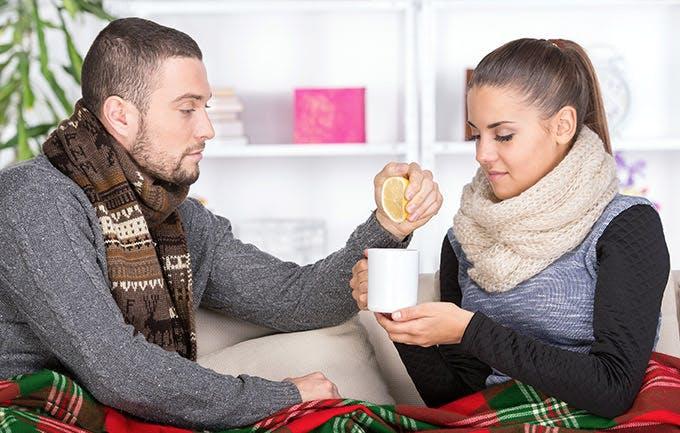 Wanita Menderita Pilek dan Anak Membawa Teh dengan Lemon