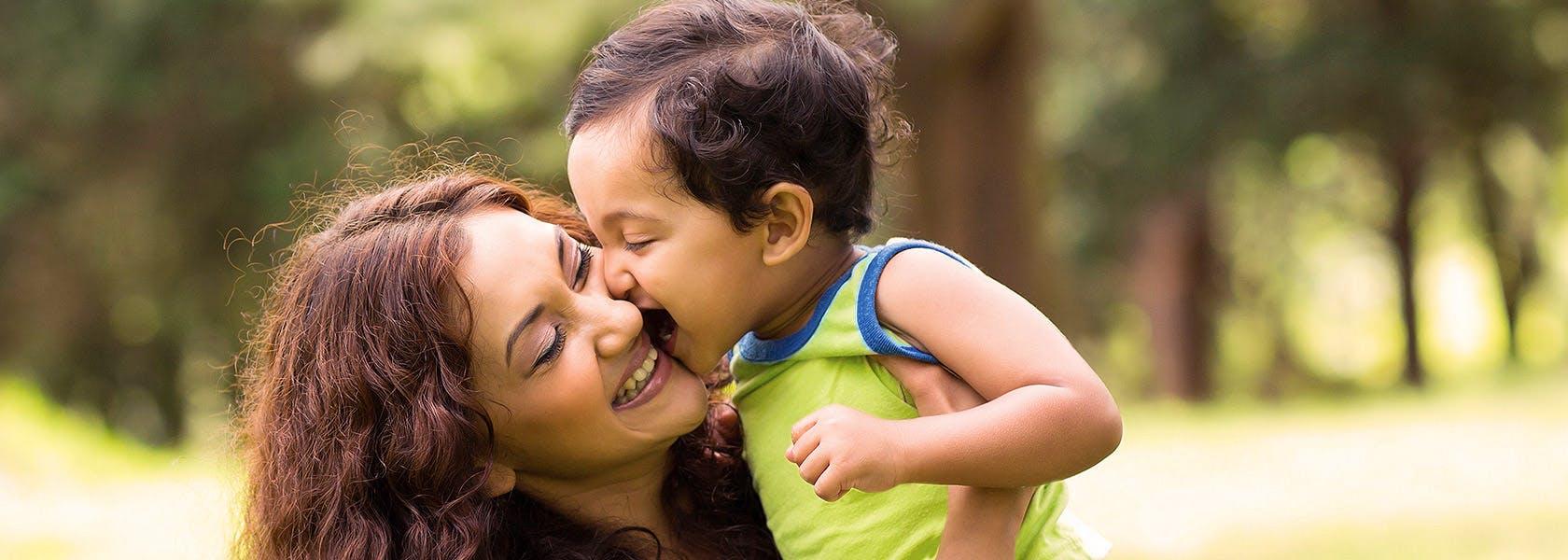 Anak Mencium Ibunya di Luar Rumah