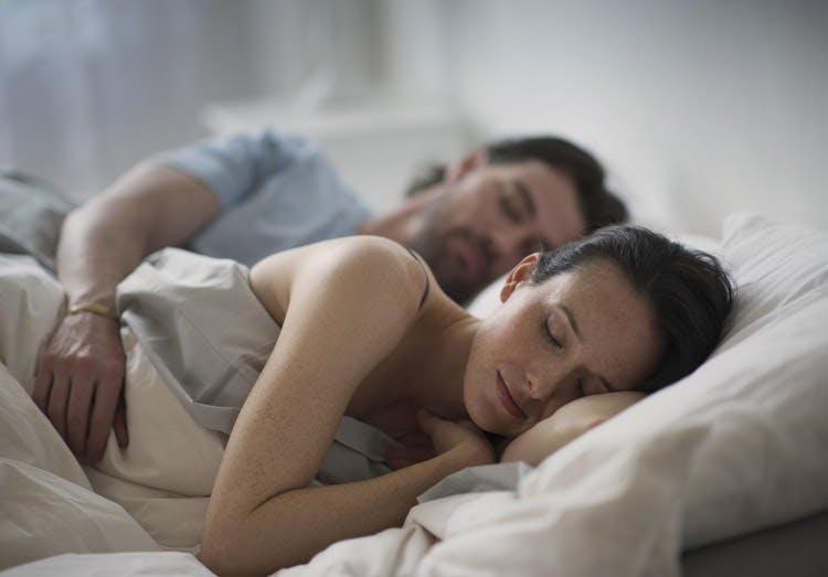 Casal dorme um sono descansado