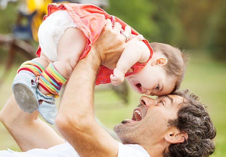 Pai brinca com a sua filha no parque