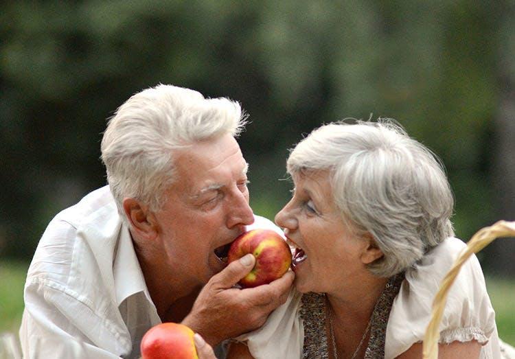 Cặp đôi già cùng thư giãn và uống rươu