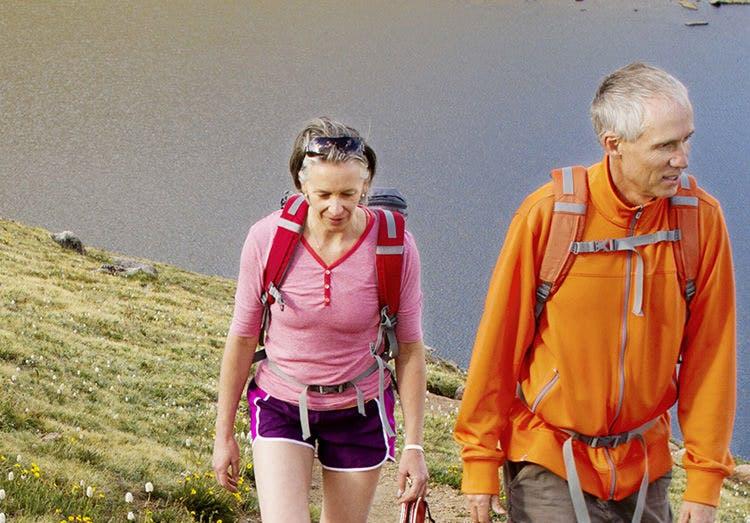 Cặp đôi đi bộ lên đồi