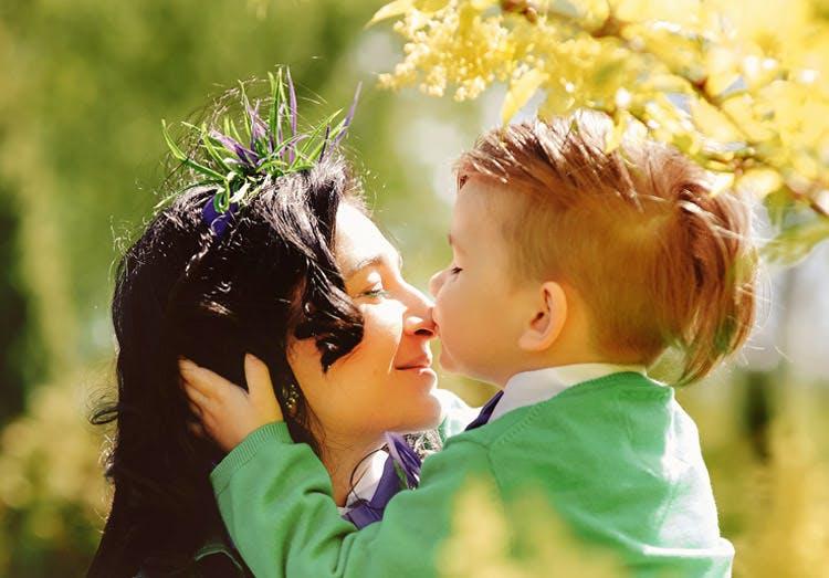 Mẹ trẻ và con trai vui vẻ ngoài trời