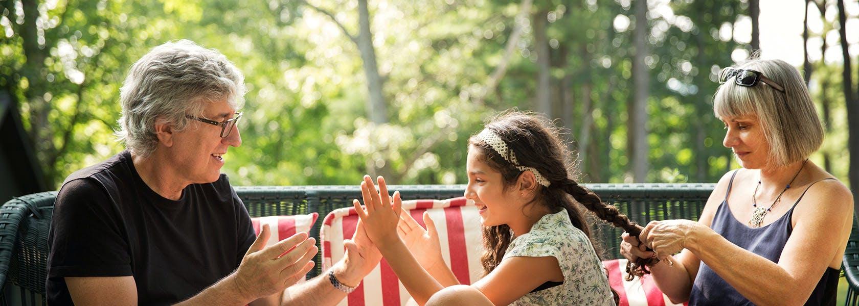 Người đàn ông trung niên chơi vỗ tay cùng cháu gái