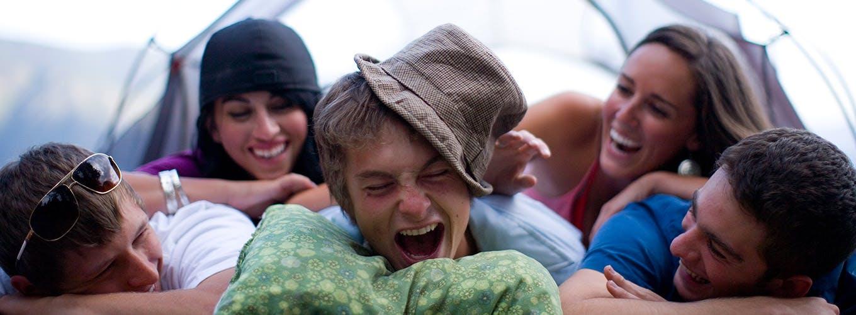 Đám bạn cười đùa khi nằm chất lên nhau trong chuyến đi cắm trại