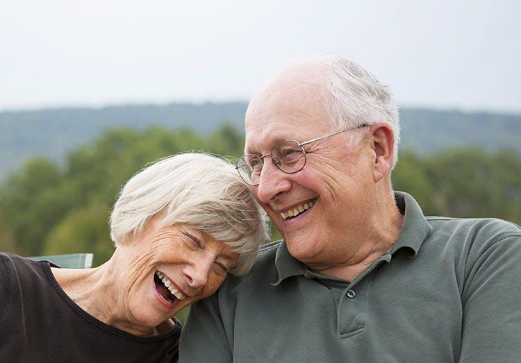 2 cụ già vui cười bên nhau