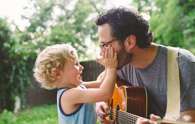 Cha chơi đàn ghi-ta cho con trai