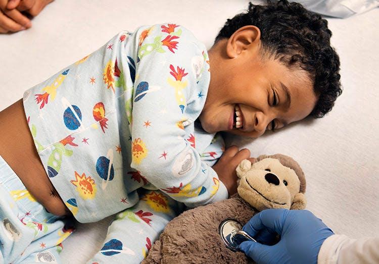 Bác sỹ khám bệnh cho đồ chơi của bé trai