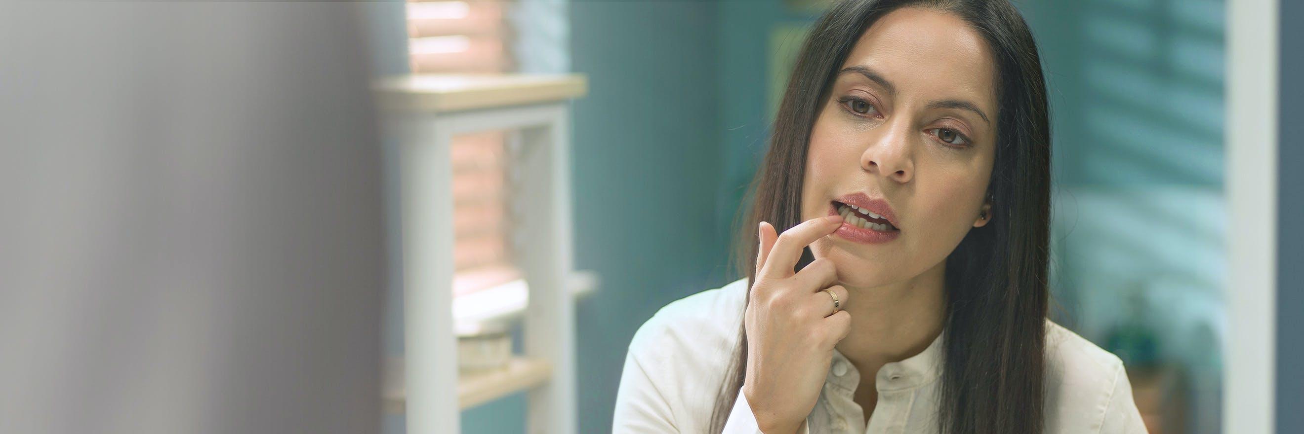 سيدة تنظف أسنانها بالفرشاة
