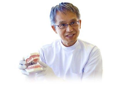 Zubař, který drží model zubního aparátu