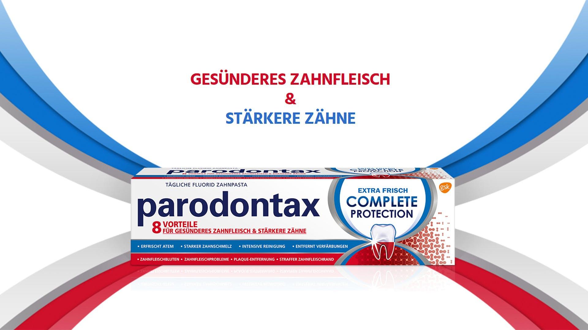 Eine Frau gibt parodontax Complete Protection-Zahnpasta auf eine Zahnbürste