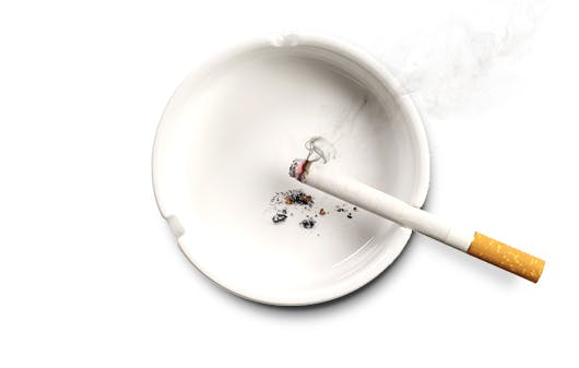 Uždegta cigaretė peleninėje