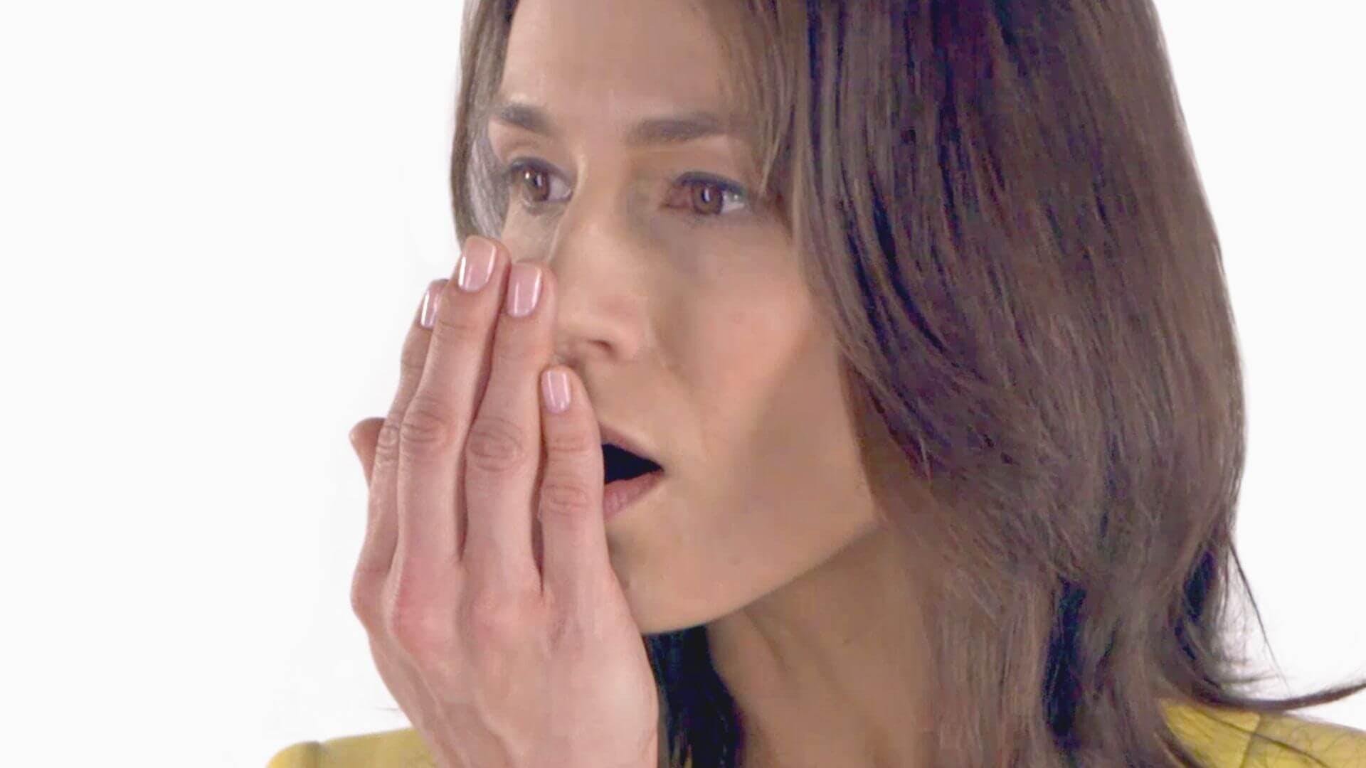 Moteris, uodžianti savo burnos kvapą