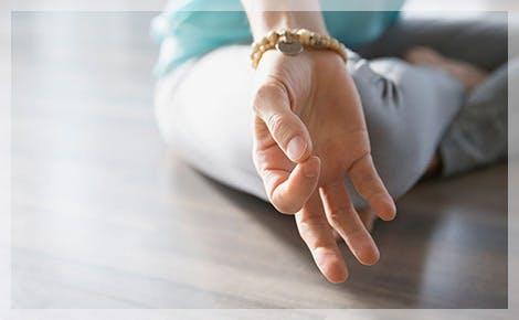 Mano en meditación