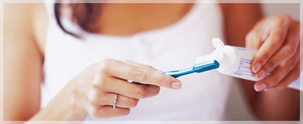 aplicación de pasta en cepillo de dientes