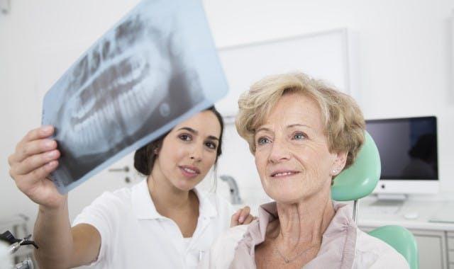 recupera tu confianza usando productos corega para el cuidado de las prótesis dentales