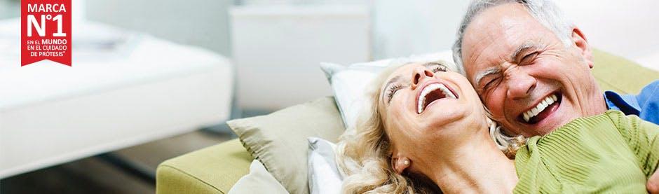 Familia sonrriendo - Marca número 1 en el mundo en el cuidado de prótesis