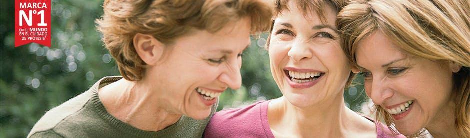 Señoras sonrriendo sin preocupación al usar prótesis dental - Marca número 1 en el mundo en el cuidado de prótesis