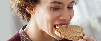 Nő steaket eszik