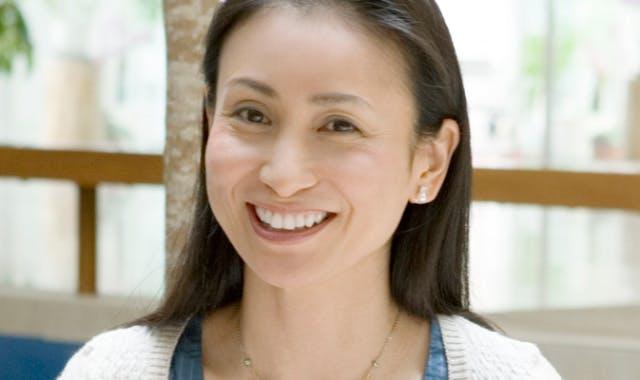 笑顔の義歯使用者(女性)