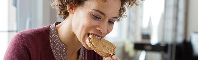 femeie mâncând costițe la grătar