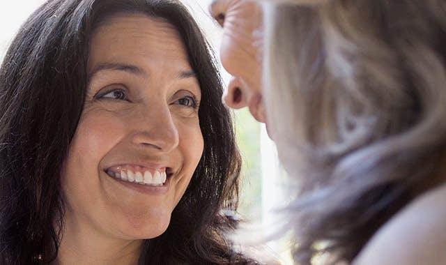 femeie vorbind cu prieteni la telefon