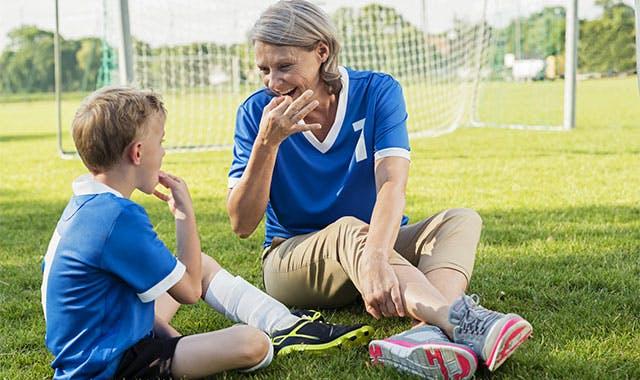 женщина и ее внук учатся свистеть