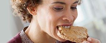 жінка їсть смажені ребра