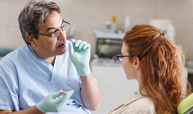 зображеня крупним планом місцевого експерта за доглядом зубних протезів