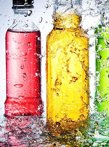 Trois bouteilles de boissons colorées