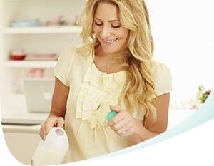Femme blonde tenant une bouteille en plastique