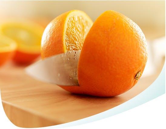 Orange acide coupée en deux