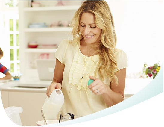 Une femme en train de se servir du lait