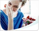 Femme souriante tenant des fraises