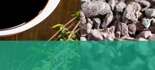 Bol de vinaigrette balsamique à côté de fèves de cacao séchées et croquantes
