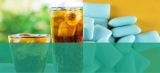 Deux verres de boisson gazeuse acide à côté de gomme sans sucre