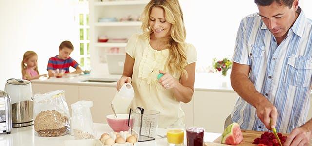 Une femme servant du lait à sa famille