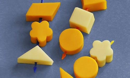 Brochettes de fromage coupé en formes amusantes